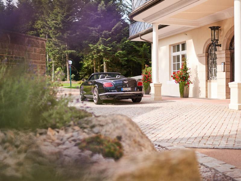 Max Grundig Klinik, Außenbereich mit Auto in der Einfahrt