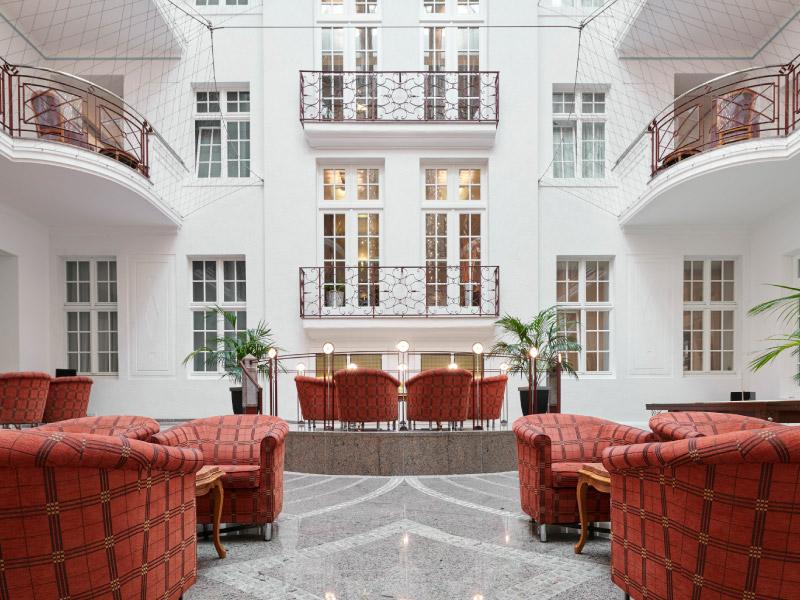 Max Grundig Klinik, Ansicht Atrium mit Sesseln