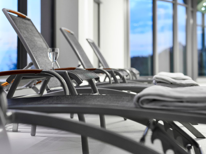 Wellnessbereuch der Max Grundig Klinik, Liegestühle mit Handtuch
